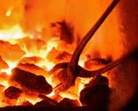 Carbón de leña ardiente en el fondo Fotos de archivo libres de regalías