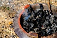 Carbón de leña ardiente en la estufa foto de archivo libre de regalías