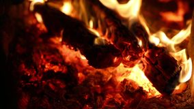 Carbón de leña ardiente en la parrilla almacen de metraje de vídeo