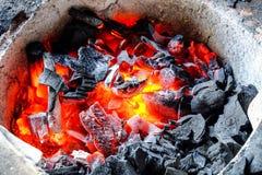 Carbón de leña ardiente en una estufa Fotografía de archivo libre de regalías