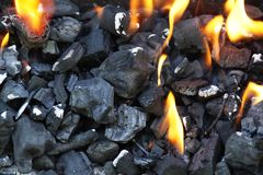 Carbón de leña durante la iluminación para arriba Iluminación del fuego en la parrilla foto de archivo