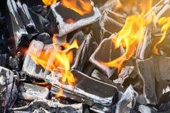 Carbón de leña en el fuego para una barbacoa en una comida campestre fotos de archivo
