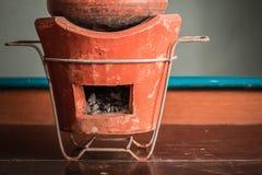Carbón de leña en la tabla Fotografía de archivo
