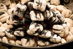 Carbón de leña en una parrilla Imágenes de archivo libres de regalías