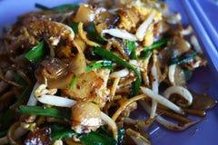 Carbón de leña Kway Teow Fried Wide Rice Noodles de Penang fotografía de archivo
