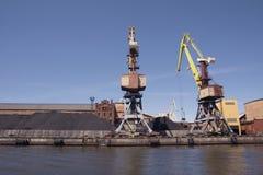 Carbón de leña de la carga de la grúa del cargo del puerto marítimo Imágenes de archivo libres de regalías