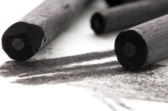Carbón de leña negro del artista con la mancha imagenes de archivo