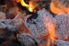Carbón de leña que brilla intensamente en una parrilla Fotos de archivo