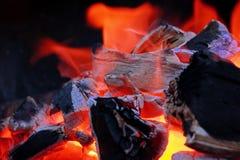 Carbón de leña y llama que brillan intensamente en el Bbq Imágenes de archivo libres de regalías