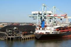 Carbón del cargamento de la nave Imágenes de archivo libres de regalías