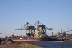 Carbón del cargamento en la nave grande Imágenes de archivo libres de regalías