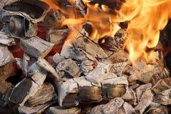 Carbón que brilla intensamente y llamas brillantes, imagen de XXXL Fotos de archivo libres de regalías