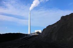 Carbón y central eléctrica foto de archivo