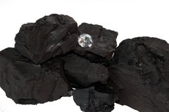 Carbón y diamante en el fondo blanco Fotos de archivo libres de regalías