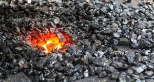 Carbón y fuego de la herrería de un herrero Fotografía de archivo