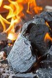Carbón y fuego Llamas brillantes del fuego ardiente Briquetas calientes del carbón de leña Imagenes de archivo
