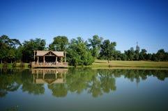 Carbin de logarithme naturel et lac tranquille Images libres de droits