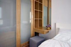 Carbinets de madera en interior y decoratio modernos de lujo del dormitorio imágenes de archivo libres de regalías