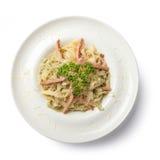 carbonara日光拍的意大利面食照片 顶视图 免版税库存图片