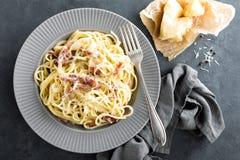 Carbonara面团、意粉有pancetta的,鸡蛋,坚硬帕尔马干酪和奶油沙司 alla茄子背景烹调新鲜的意大利norma荷兰芹意大利面食意粉蕃茄传统白色 面团alla羰 库存图片