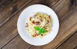 carbonara ημέρας εικόνα ζυμαρικών που λαμβάνεται ελαφριά Μακαρόνια με το τυρί μπέϊκον και παρμεζάνας Στοκ Φωτογραφία