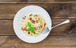 carbonara ημέρας εικόνα ζυμαρικών που λαμβάνεται ελαφριά Μακαρόνια με το τυρί μπέϊκον και παρμεζάνας Στοκ Εικόνες