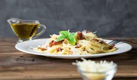 carbonara ημέρας εικόνα ζυμαρικών που λαμβάνεται ελαφριά Μακαρόνια με το τυρί μπέϊκον και παρμεζάνας Στοκ εικόνες με δικαίωμα ελεύθερης χρήσης