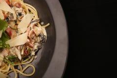 carbonara ημέρας εικόνα ζυμαρικών που λαμβάνεται ελαφριά Μακαρόνια με το τυρί μπέϊκον και παρμεζάνας Στοκ Εικόνα