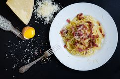 carbonara ημέρας εικόνα ζυμαρικών που λαμβάνεται ελαφριά Μακαρόνια με το τυρί μπέϊκον και παρμεζάνας Στοκ φωτογραφία με δικαίωμα ελεύθερης χρήσης