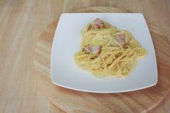 Carbonara μακαρονιών και τηγανισμένος baconon στοκ εικόνα