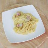 Carbonara μακαρονιών και τηγανισμένος baconon στοκ εικόνες
