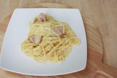 Carbonara μακαρονιών και τηγανισμένος baconon στοκ φωτογραφία με δικαίωμα ελεύθερης χρήσης