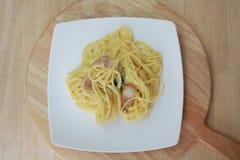 Carbonara μακαρονιών και τηγανισμένος baconon στοκ φωτογραφίες