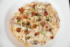 Carbonara alla спагетти на плите Стоковые Изображения