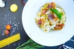 Carbonara da massa Espaguetes com bacon e queijo parmesão no fundo escuro imagens de stock royalty free