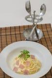 Carbonara de spaghetti sur une fourchette Image libre de droits