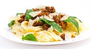 Carbonara del espagueti con albahaca Imagenes de archivo