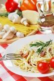 Carbonara della pasta sulla tavola di legno fotografia stock