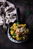 Carbonara do pastrami do frigideira Foto escura Imagem de Stock Royalty Free