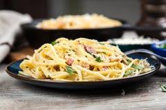 Carbonara dos espaguetes com ovo e pancetta Imagens de Stock