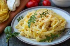 Carbonara dos espaguetes com queijo do camembert imagens de stock
