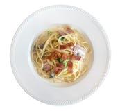 Carbonara italiano degli spaghetti della pasta con bacon fritto in piatto ceramico isolato su bianco, percorso Immagine Stock Libera da Diritti