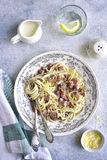 Carbonara italiano tradicional dos espaguetes Vista superior fotografia de stock royalty free