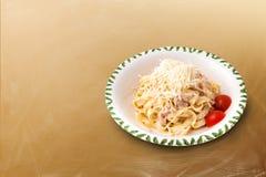 Carbonara-Teigwaren mit Tomaten Stockbild