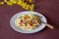 Carbonara van deegwaren Bloemen op de achtergrond Italiaans voedsel royalty-vrije stock foto