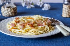 Carbonara van deegwaren Bloemen op de achtergrond Italiaans voedsel royalty-vrije stock fotografie