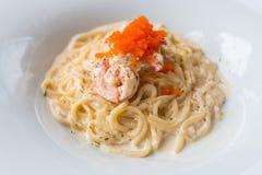 Carbonara y camarón de los espaguetis Foto de archivo