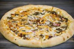 Carbonarapizza met Mozarellakaas Stock Afbeeldingen