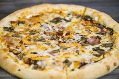 Carbonarapizza met Mozarellakaas Royalty-vrije Stock Afbeelding