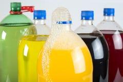 Carbonated пить в пластичных бутылках стоковая фотография rf